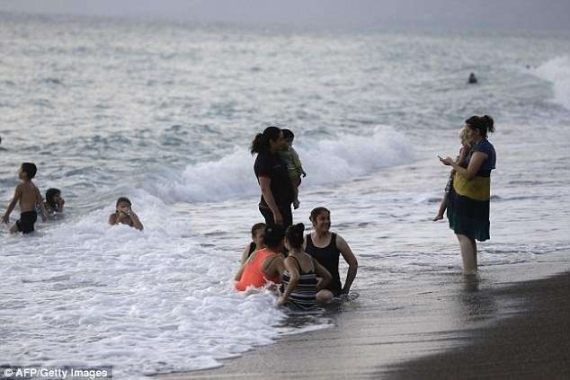 Вопреки всем ужасам войны: семейный отдых на сирийском побережье (6 фото)