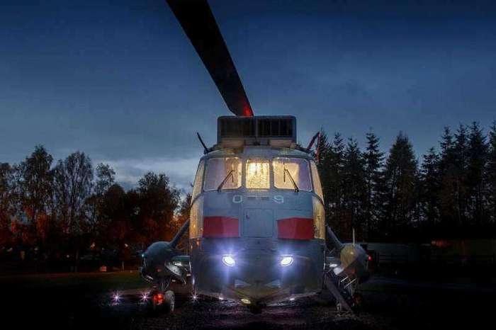 Вертолет превратили в домик для отдыха, в котором каждый может переночевать (8 фото)