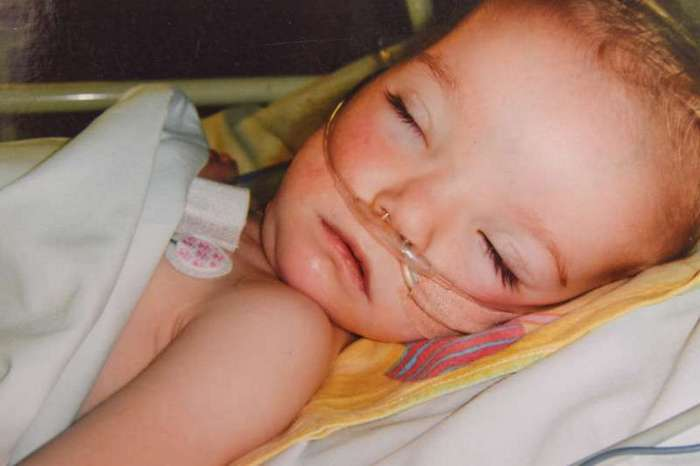Никогда не сдавайся! Девочка, на которой врачи ставили крест, жива и радует маму! (3 фото)