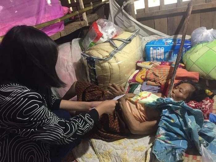 Голодающий муж продолжает кормить парализованную жену (9 фото)