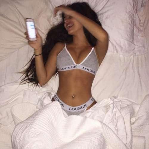 Сексуальные девушки в постели (24 фото)
