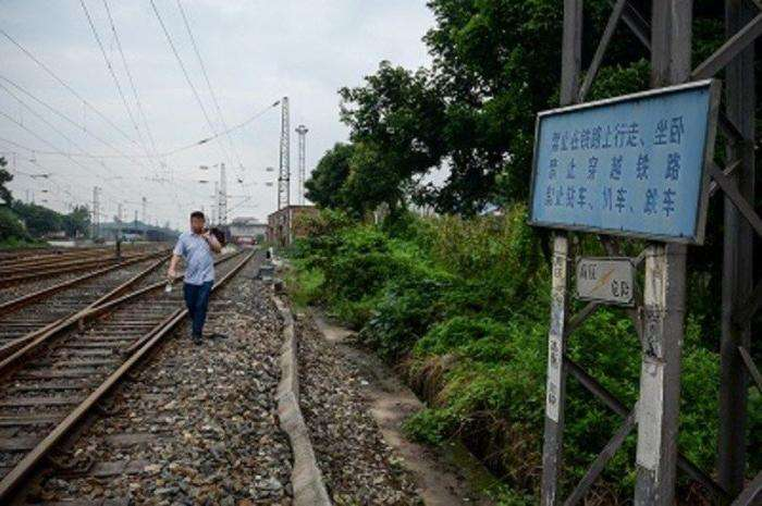 Проводник поезда спас пожилую женщину ценой собственной ноги (7 фото)