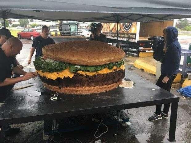 Самый большой гамбургер в мире, который можно заказать (5 фото)