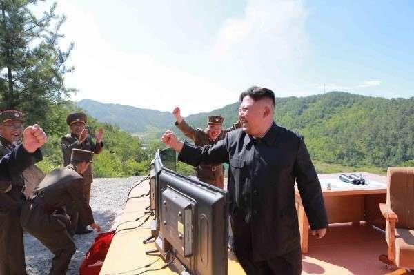 Ким Чен Ын наградил создателей -Хвасон-14- сборниками своих цитат и часами (5 фото)