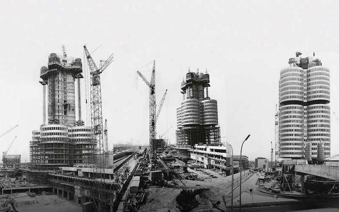 Четырёхцилиндровый главный офис BMW в Мюнхене <br><br>Штаб-квартиру BMW можно назвать одним из самых узнаваемых зданий в мире. Его появлению способствовало бурное развитие компании в 1960-х годах, офис, имевшийся на территории завода в Мюнхене, уже не способен был вместить весь административный персонал, и компания была вынуждена арендовать помещения по всему городу. Решение о строительстве собственного офисного здания было принято в 1966 году, с местом проблем также не было: южнее главного завода компании была площадка 28 210 кв.м., служившая парковкой для сотрудников завода, прямо напротив главного входа.<br ><br>Руководство BMW организовало конкурс, к участию в котором привлекло восемь ведущих архитекторов. Заданием предписывалось разработать не только офисное здание, но еще и здание для центра электронной обработки информации, гараж и парковку для сотрудников. В задании также говорилось о том, что здание должно быть ориентировано на развитие технологий и иметь потенциал для модернизации в соответствии с духом времени. Здание должно было иметь впечатляющий дизайн фасада и само по себе служить рекламой компании, а также соответствовать окружающей архитектуре и быть готовым к летним Олимпийским играм 1972 года в Мюнхене, гармонично вписавшись в архитектуру строящихся олимпийских объектов.<br ><br><br ><br>Совет директоров большинством проголосовал за достаточно обычный 100-метровый небоскрёб цилиндрической формы, но директору по продажам Полу Ханнеману очень понравился проект венского архитектора Карла Шванцера, и, чтобы убедить других руководителей, он заказал на Баварской киностудии строительство макета из картона в масштабе 1:1. Это сработало, и в декабре 1968 было принято окончательное решение о начале строительства.<br /> <img class=