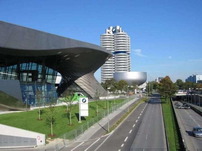 Четырёхцилиндровый главный офис BMW в Мюнхене <br><br>Примечательно то, что эти 22 этажа не касаются земли, а фактически висят в воздухе на монолитном железобетонном столбе находящемся посередине! Держит цилиндры стальная крестообразная конструкция на крыше здания, она же его и уравновешивает. Это не единственное здание в мире с висящими этажами, но самое высокое среди них, вес всей конструкции около 16800 тонн.<br ><br><br ><br>Лепестки четырёхлистника сообщаются друг с другом по кругу, и казавшаяся изначально не очень рациональной такая компоновка оказалось очень удачной, на каждом этаже четыре офисных блока, что позволяет распределить их между отделами в зависимости от их взаимодействия.<br /> <img class=