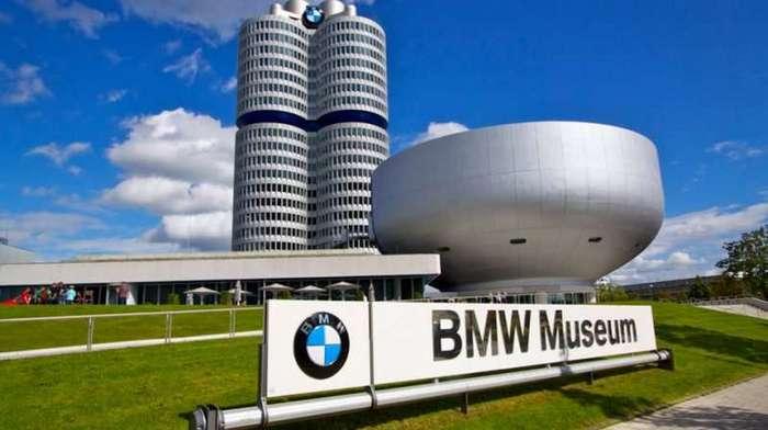 Четырёхцилиндровый главный офис BMW в Мюнхене <br><br>Отдельная история – логотип BMW на крыше здания, изначально власти города не давали согласия на его размещение, однако на время олимпиады логотип всё же появился на западной стороне крыши, и его было отлично видно с Олимпийского стадиона. BMW был выписан штраф в размере 110 000 марок. Только спустя год компания получила разрешение на размещение логотипа на крыше.<br ><br><br ><br>По сей день, после масштабной реконструкции в середине 2000-х годов, здание служит удобным и современным рабочим местом для полутора тысяч человек.<br /> <img class=