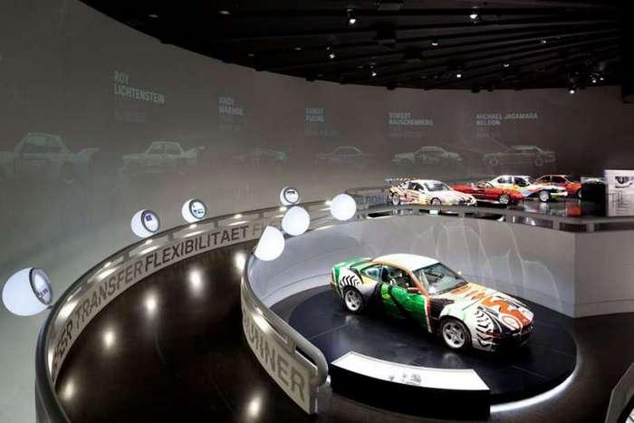 Четырёхцилиндровый главный офис BMW в Мюнхене <br><br>Свой музей у компании появился еще в 20-х годах и находился он на территории завода, с годами экспозиция разрасталась, однако в силу не очень удачного расположения имела мало посетителей. Построить музей одновременно со штаб-квартирой предложил сам архитектор Карл Шванцер. Его строительство началось на девять месяцев позже, однако было закончено одновременно со сдачей Олимпийских объектов.<br ><br><br ><br><img class=