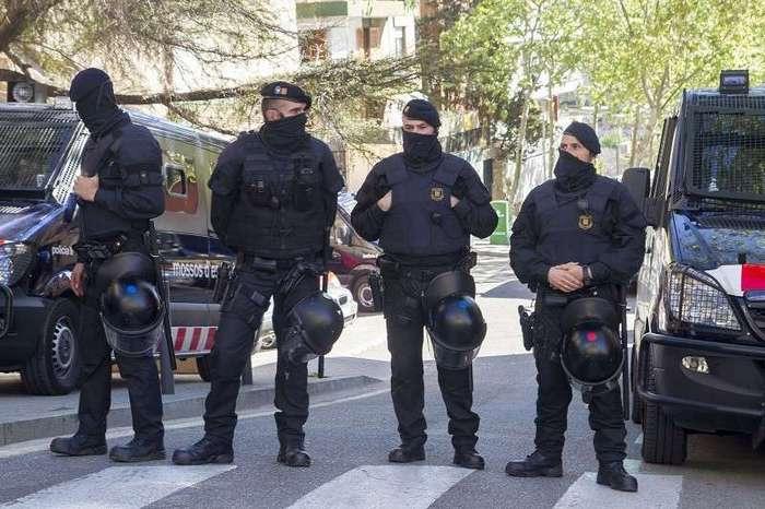 Борьба с оккупантами квартир в Испании <br><br>Часть первая <br ><br><br ><br>Проще говоря, у нас есть в компании услуга по освобождению квартир от незаконных оккупантов. Объясняю, как это:<br ><br>У клиента есть квартира. Он её купил и живёт в ней только тогда, когда приезжает в Мадрид. В момент его отсутствия, квартиру его оккупировали цыгане и живут там по беспределу, не платят за квартиру, электричество - подрубились к общедомовому свету, воду в Испании отключить представляется проблематичным, даже в собственной квартире. Ну вот так они и живут, пока хозяин квартиры бегает с беременным видом не зная что делать.<br ><br>Вариант есть только 1 это идти в суд, долго судиться и результат ничего не даст, ибо оккупасы заявят, что они не могут заплатить хозяйну и жить им негде, кроме этой квартиры. Конечно многих людей это не устраивало и мы разработали собственную схему работы по работе над такими делами. И проблема законным методом стала решаться за срок 1-5 рабочих дней.<br ><br>Обращается к нам человек, что у него сидят в квартире оккупанты и в задницу суд его шлют. Проблема Ахтунг. Квартира моя, но зайти я в неё не могу. Законы Испании против самоуправства (аля под жопу напинать и вышвырнуть вместе со шмотками), ибо человек сделавший так подпишет себя под уголовку на раз. А это двойная несправедливость.<br ><br>Что же делаем мы. Бизнес секрет вам приоткрою.<br ><br>На деле работают 3 человека (имеют навыки профессионального оккупанта), хозяин квартиры и юрист в Мадриде, ну то есть я. Далее мы подписываем с хозяином квартиры контракт на аренду его квартиры сроком на 1 месяц на 3 человек, то есть на исполнителей. Ребята собирают информацию о квартире, кто там сейчас оккупирует, когда кто уходит, когда кто приходит. Всю инфу, которая только возможна. Выставляется слежка из автомобиля около дверей. 1 опрашивает всех жильцов подъезда и собирает дополнительную информацию о квартире. Как итог мы понимаем, когда их не бывает дома. Далее в этот момент ломается замок и меняе