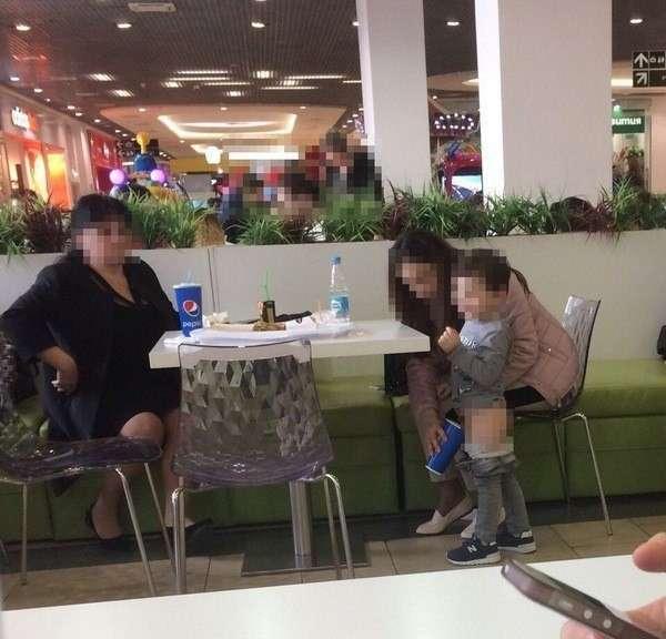 Овуляшка - это состояние души! <br><br><b><b>15. Жительница Краснодара сходила с ребёнком в туалет у столика в кафе</b></b><br><img class=