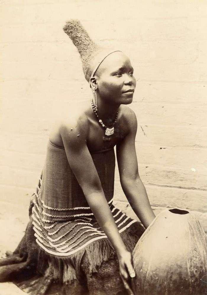 Неизвестная Африка. Фотографии 1870-1930 годов <br><br><b><b>Женщина Нгуни с прической, характерной для данного периода. Южная Африка конца XIX века</b></b><br><img class=
