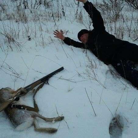 """Кто же есть охотники: живодеры-убийцы или настоящие мужчины? <br><br>Охотники говорят, что они любят природу и """"регулируют численность популяций"""". Но ведь, если рассуждать логически, в природе погибают животные старые, больные, слабые. Разве такие трофеи приносят охотники домой? Нет, они убивают самых красивых, сильных, молодых животных, тушками которых не стыдно будет похвастаться перед друзьями, чтобы почувствовать себя настоящим мужиком.<br /> <img class="""