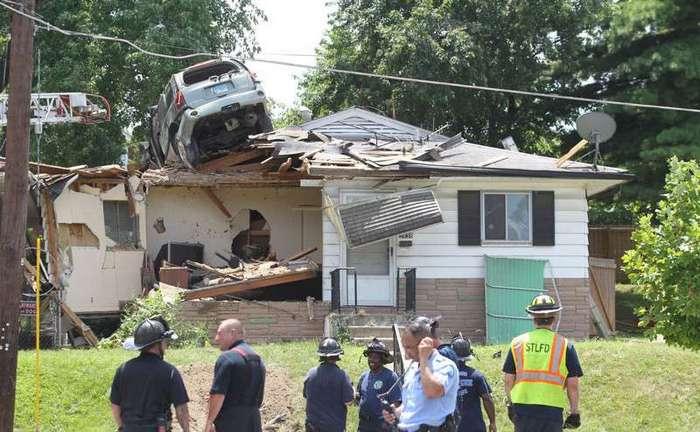 Внедорожник приземлился на крышу жилого дома <br><img class=