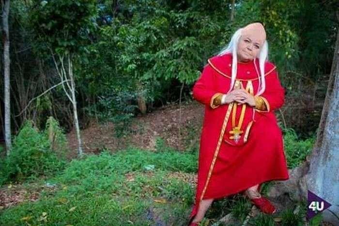 Эта старушка задает жару молодым косплеерам своими перевоплощениями в известных пожилых персонажей <br><br><b><b>Хранитель Подземелья из старого мультсериала «Подземелье драконов»</b></b><br><img class=
