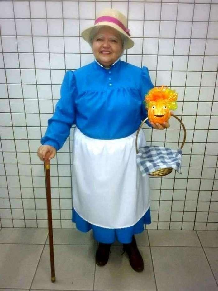 Эта старушка задает жару молодым косплеерам своими перевоплощениями в известных пожилых персонажей <br><br><b><b>Бабушка Софи из аниме «Ходячий замок»</b></b><br><img class=