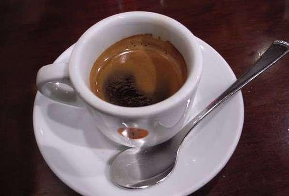 Эти неожиданные факты о кофе поднимут настроение кофеманам! <br><br>В 1675 году король Англии Карл II запретил кофейни по всей стране. Он считал, что люди собираются там, чтобы обсуждать заговоры против страны и короны. Теперь понятно, почему англичане до сих пор предпочитают скучный чай бодрящему кофе!<br /> <br><b><b>Кофе повышает результативность тренировок</b></b><br><img class=