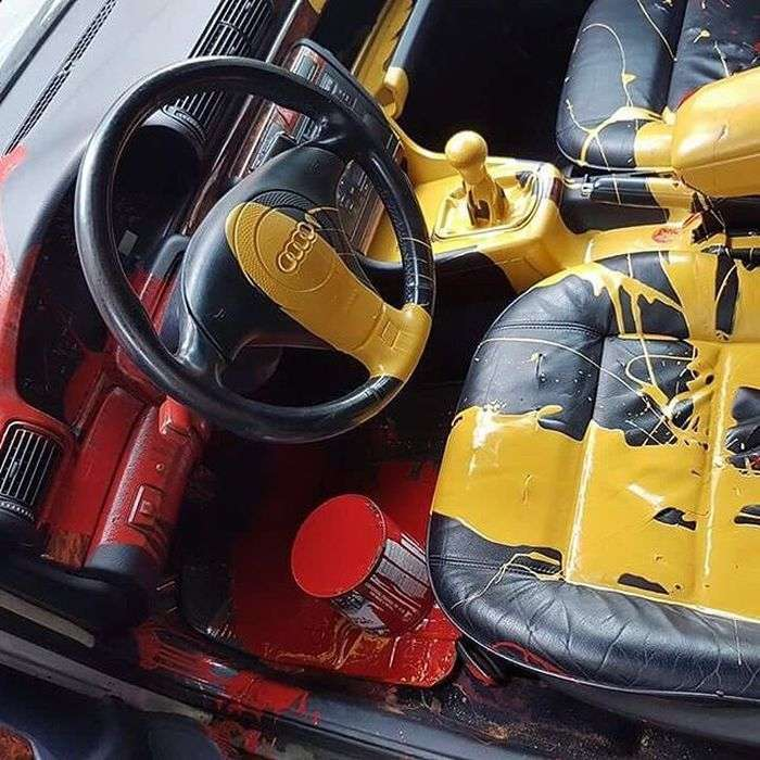 В Москве вандал красками уничтожил салон Audi <br><img class=