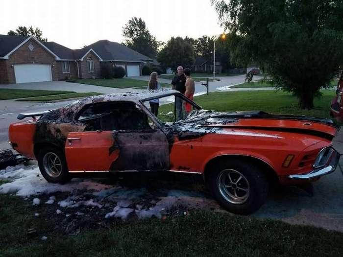 Вандалы сожгли Мустанг, на котором возили мальчика-инвалида <br><br><b><b>К моменту прибытия пожарных от машины остались обугленные останки.</b></b><br><img class=