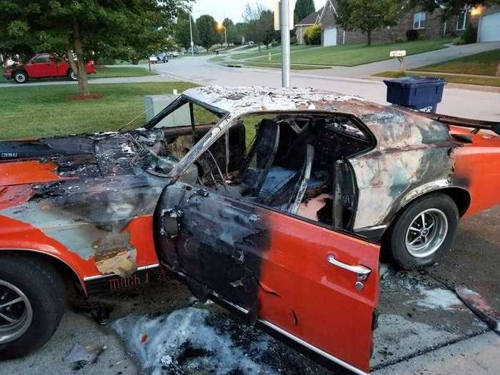 Вандалы сожгли Мустанг, на котором возили мальчика-инвалида <br><img class=