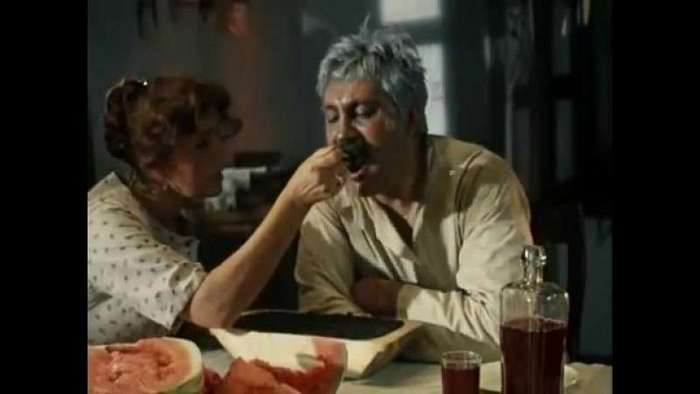 Застолья на съёмках в советских кинофильмах <br><br><b> <b>СОКИ-ВОДЫ.</b> </b><br><br>Несмотря на то, что в «Самой обаятельной и привлекательной» героиня Ирины Муравьевой постоянно что-то готовит («путь к сердцу мужчины лежит через его желудок»): пирожки, тортик «Маэстро», казус произошел вовсе не с ней, а с Михаилом Кокшеновым. В картине есть сцена, где герои Абдулова и Куравлева не пускают к автомату героя Ширвиндта и заставляют пить шипучку Кокшенова. Сцену «сделали» лишь с девятого дубля. Но «садисту» Абдулову этого показалось мало, и он подбил Куравлева сделать вид, что съемка продолжается. В результате Кокшенову пришлось за раз выпить 20 стаканов газировки!<br ><br>А вот в знаменитой сцене из «Операции «Ы», где студент Шурик (Александр Демьяненко), после сдачи экзамена, поливает себя газировкой из автомата, актер на самом деле не захотел принимать душ из липкой и сладкой водички, а потому «купался» в обычной воде из ближайшей колонки.<br ><br><br ><br>В фильме Рашида Нугманова «Игла» герой Александра Баширова, встречаясь в кафе с Моро (Виктор Цой), заказывает батарею бутылок пепси-колы — в 80-х в барах было модно пить этот напиток. Правда, Цой не потреблял пепси, предпочитая кофе, хотя сам часто пел на «квартирниках» песню «Ром и пепси-кола» о радостях опохмелки.<br /> <br><b> <b>ЧЕРНУЮ ИКРУ СПУСКАЛИ В УНИТАЗ</b> </b><br><br>Черная икра была, пожалуй, единственным продуктом, который со времен СССР из относительно доступного превратился в дефицитный. Продукт как был дорогим, так и остается, но теперь можно купить только контрабандный. Потому особенно больно сегодня смотреть на мучения таможенника Верещагина (Павел Луспекаев) из «Белого солнца пустыни», с кислой миной поглощающего икорку.<br ><br><br ><br>Как однажды рассказал, уже покойный нынче режиссер картины, Владимир Мотыль, икра в кадре была настоящей, а отвращение актера было натуральным оттого, что «снимали целых четыре дубля», и Павел Борисович к тому времени успел съесть почти килограмм деликатеса! Ик