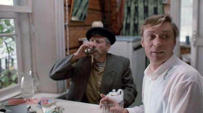 Застолья на съёмках в советских кинофильмах <br><br>Если в Советском Союзе царицей полей была кукуруза, то королевой экранных застолий — водочка. Любая другая «алкоголка» — пиво, вино и т. д. — играла в кино, что называется, вторые роли.<br ><br>Напомним, что изначально в СССР было только два вида сорокаградусной — «Столичная» и «Московская». В 1960-х они стоили 3,12 и 2,87 рубля, соответственно. Позже появилась «Русская» по 3,62.<br ><br><br ><br>Преимущественно эти марки и распивали гранды советского кино, и страдали от этого. Ибо советская цензура, искренне считая, что «пьянству — бой», активно мешала киношникам осуществлять творческий процесс. Так, Госкино долгое время отказывалось выпускать в прокат фильм «Любовь и голуби». Блюстителей морали смутило, что на экране лихо выпивали главный герой Василий (Александр Михайлов), его сосед дядя Митя (Сергей Юрский) и даже женщины не брезговали пропустить рюмку-другую.<br /> <img class=