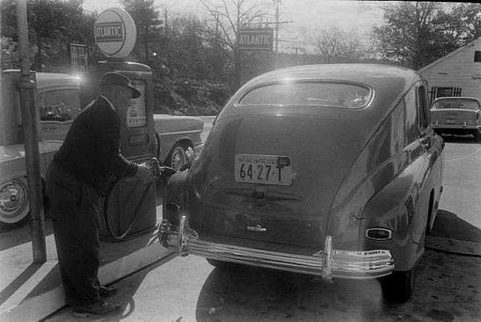 ГАЗ-М-20 -Победа- <br><br>В ходе последней модернизации 1955 года Победа получила новую облицовку радиатора, более привлекательную обивку салона, новое рулевое колесо с кольцевой кнопкой сигнала, радиоприемник А-8 и новую эмблему на облицовке радиатора.<br /> <img class=