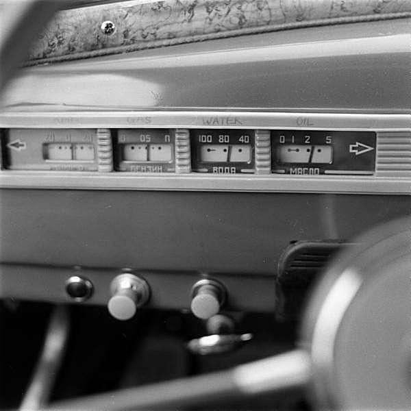 ГАЗ-М-20 -Победа- <br><br>Оценивая русскую Победу, американский журнал Science and Mechanics в 1957 году писал:<br ><br>Спокойная на колдобинах, в поворотах и при ускорениях. Хороша на трудных дорогах, если вы не спешите. На дороге держится великолепно. Для своего размера очень стабильна – видимо из-за веса и мощных рессор.<br /> <img class=