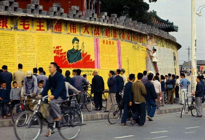 Красный Китай 1966 года глазами китайского фотографа <br><br><b> <b>Город велосипедов:</b> </b><br><img class=