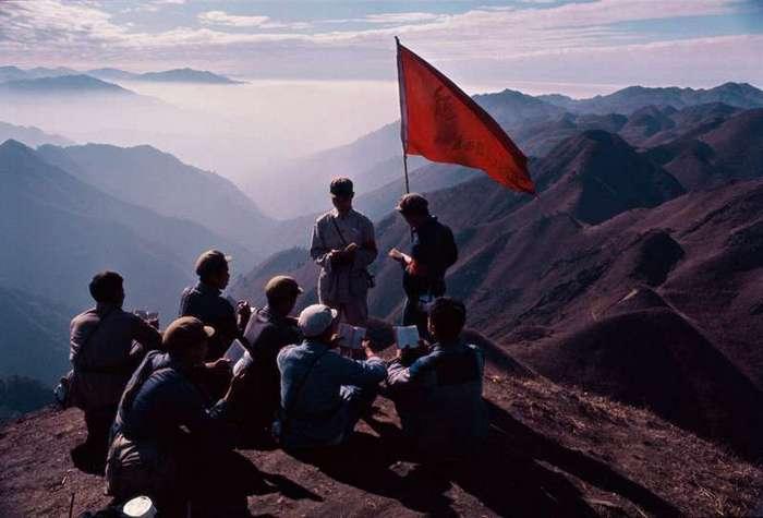 Красный Китай 1966 года глазами китайского фотографа <br><br><b> <b>Политзанятие в горах:</b> </b><br><img class=