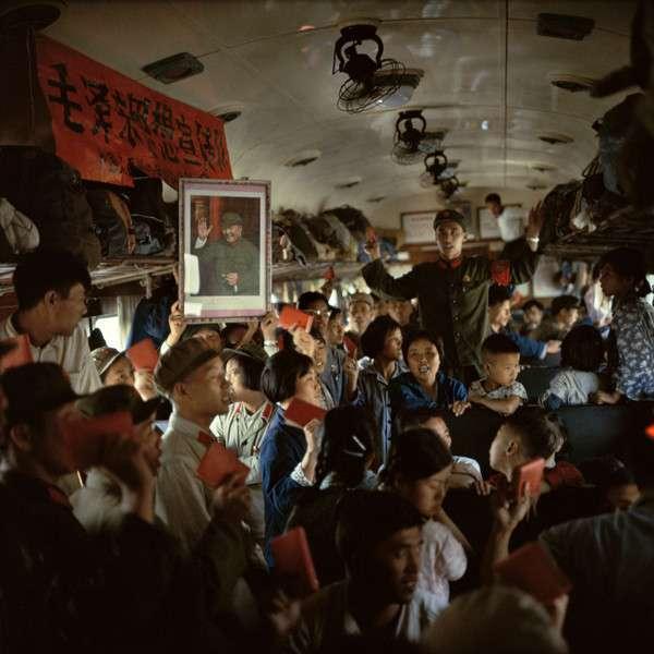 Красный Китай 1966 года глазами китайского фотографа <br><br><b> <b>В поезде все с цитатниками вместо билетов:</b> </b><br><img class=