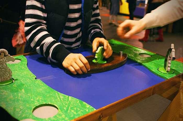 Музей -Экспериментаниум- Конусы одинаковой массы, но имеют разный наклон конической поверхности, предлагается их поднять.
