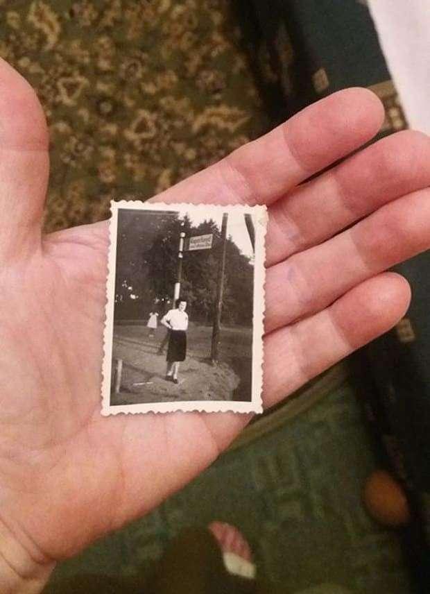 """12 фотографий, которые заставят вас поверить в призраков <br><br>1943 год, Венгрия. """"На фото - моя мама, ее фотографировал папа. Мы не сразу заметили странную девочку без рук и без лица на заднем фоне - напоминает какое-то демоническое существо. У нас дома имеется оригинальное фото"""".<br /> <img class="""