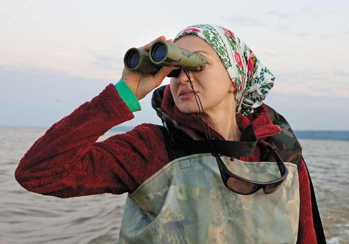 Русское фермерство без глянца: история москвички, которая отправилась покорять замкадье <br><br>— На тот момент у нас не было вообще ничего, кроме мертвых мощностей, ветхих лодок и ржавого оборудования. Нужно было учиться всему и сразу, искать людей для работы, учиться разбираться в рыболовстве. Мы пытались заранее понять, с кем работать, как работать, нашли прежних бригадиров, которые тут трудились. Наиболее подходящих, на наш взгляд, взяли. Сразу отсеивали всех, кто пьет и несерьезно относится к работе. Этот процесс занял почти год. Сначала были и надувательства, и обманы, сама понимаешь, есть у местных такой спортивный интерес — обмануть москвича. А я каждый день подсчитывала убытки, только недавно нам удалось выйти в ноль. Чтобы хоть какую-то быструю денежку иметь — вовремя платить налоги, зарплату, в центре города на базарной площади мы открыли магазинчик, который существует и поныне. Я сама там делала ремонт, все красила, приводила в порядок.<br ><br>Когда рыбаки уже закинули первый невод и начали его выбирать, мы смогли подплыть и перебраться  к ним в лодку. По трое на каждой корме они медленно тащат невод, рыбу собирают руками и перекидывают на дно лодки. Все в резиновых комбинезонах, спаянных с сапогами. Пахнет свежей рыбой.<br /> <br>Мы втягиваемся в азартное ожидание следующего трофея. Мужики радуются как дети. Самые крупные экземпляры судака, щуки, леща демонстрируются всем особо. Когда из очередного участка невода выловлена большая рыба, мелочь сгребают ведерками в сторону и тянут дальше, сужая круг невода. Так ловили рыбу и до революции, и при Иване III, который специальной грамотой даровал разрешение галичанам на рыбный промысел, так ловили и в апостольские времена.<br ><br>— Нам как сказал Иван III ловить в свое время, так мы и ловим до сих пор,— поясняет Михалыч с тихой гордостью.<br /> <br><b><b>Особенности национальной рыбалки</b></b><br><img class=