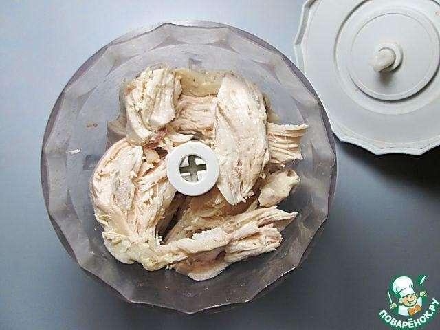 Праздничный сырный рулет с курицей Натираем на терке плавленый сыр, добавляем его к тесту вместе с соевым соусом. Тщательно перемешиваем. Смазываем растительным маслом пекарскую бумагу или силиконовый коврик, тонким слоем выкладываем треть теста в форме прямоугольника размером 20x25 см, выпекаем около 10 минут при температуре 190 - 200°C до легкого зарумянивания. Время и температура выпекания могут отличаться в зависимости от качеств вашей духовки. После выпекания даем коржу немного остыть, затем отделяем его от бумаги. При необходимости слегка подравниваем ножом неровные края заготовок. Таким образом выпекаем три коржа.