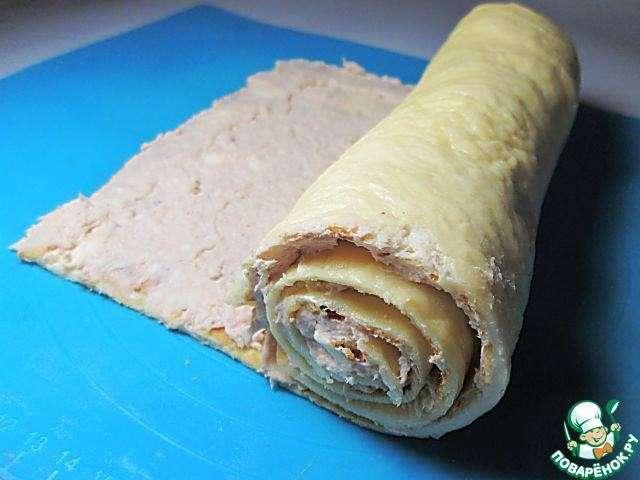 Праздничный сырный рулет с курицей К измельченному филе добавляем сыр плавленый, паприку, соевый соус и сметану, перемешиваем. Начинка получается довольно густой.