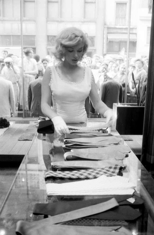Сенсационное открытие тайны смерти Мэрилин Монро <br><br>Убийство под прикрытием<br ><br><br ><br><br ><br>Все знали, что Мэрилин позволяет себе и наркотики и сильные снотворные препараты. Ночью, 5 августа 1962 года Ходжес вошел в спальню актрисы и вколол уже принявшей снотворное девушки мощную смесь препаратов — седативный хлорагидрат и барбитурат нембутал. После чего скинул умирающую Мэрилин с балкона.<br /> <img class=
