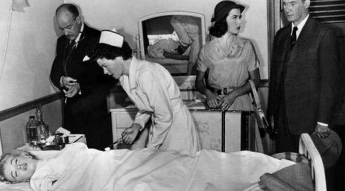 Сенсационное открытие тайны смерти Мэрилин Монро <br><br>За что ее убили<br ><br><br ><br><br ><br>Была ли причина у главы ЦРУ устранять какую-то, пусть и легендарную, но все же актрису? Еще как. Отличавшаяся моралью уличной кошки (классическая характеристика от женщин США того времени) Мэрилин спала не только с президентом Америки Джоном Кеннеди. В ее фаворитах какое-то время ходил и Фидель Кастро, которому она вполне могла бы передавать важную и секретную информацию. Мэрилин должна была умереть.<br /> <img class=
