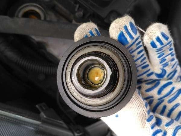 Беспредельная наглость автосалона или 7000 км за 8 лет <br><br>Эмульсия под крышкой маслозаливной горловины:<br /> <img class=