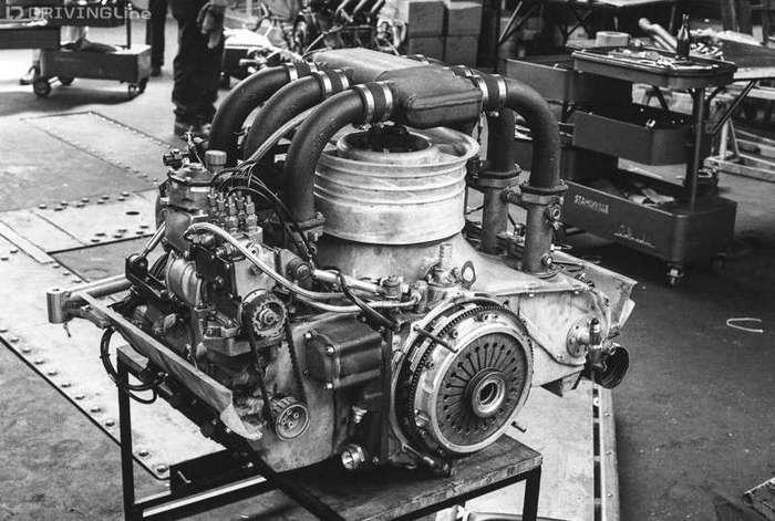 История турбонаддува <br><br>Хоть Бюхи и первым догадался «сжимать» воздух на впуске в цилиндры при помощи кинетической энергии выхлопных газов, но первое известное практическое применение турбокомпрессора относится к 1910 году, когда экспериментами с газовым наддувом занялась американская фирма General Electric. Спустя десять лет ее турбонагнетателем был оснащен двигатель Liberty биплана Lepere, которому удалось подняться на рекордную по тем временам высоту — 10092 метра.<br /> <img class=