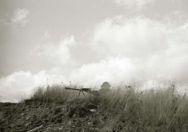 Интересные и редкие фотографии <br><br>Бывший солдат вермахта на улице Берлина, май 1945 г.Выжил и в лагерь военнопленных не попал, везунчик. По возрасту судя, так скорее всего из последнего призыва.;18. Военная хитрость.