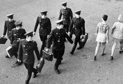 Интересные и редкие фотографии 2. Май, 1963-й, Комсомольская площадь (площадь трёх вокзалов, Москва); мини-юбки только-только появились.