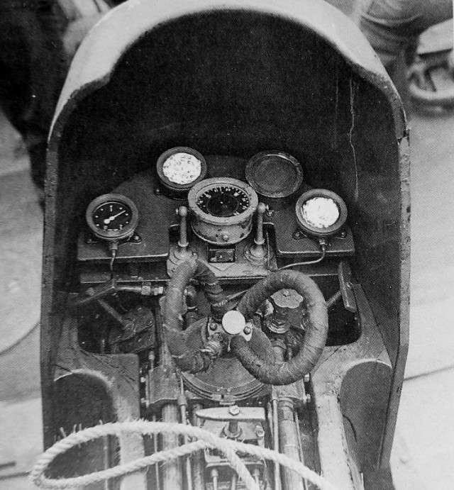 Интересные и редкие фотографии 20. Вид на приборы (частично закрыты ретушью) и органы управления британской управляемой торпеды «Чэриот» Mk I (Chariot Mk I).