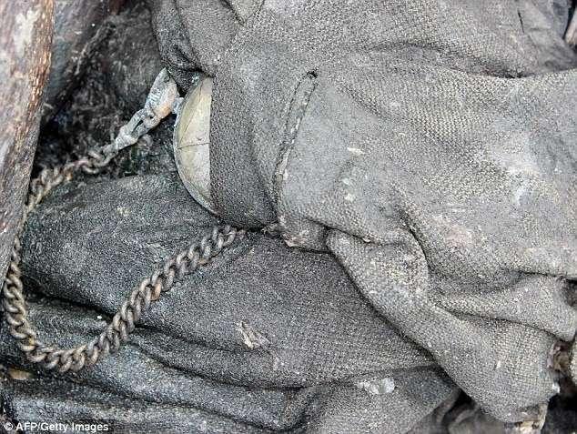 Супруги, пропавшие без вести 75 лет назад, найдены в швейцарском леднике <br><br><b> <b>Карманные часы, принадлежавшие отцу Моники - Марселину Дюмулен</b> </b><br><img class=