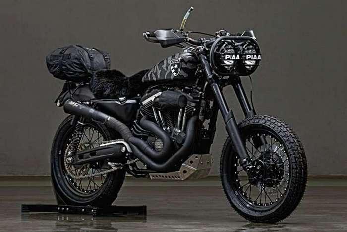 El Solitario MC: кастомы Harley-Davidson Sportster <br><br>250-килограммовый железный конь из Милуоки не является самым подходящим донором для пустынного мотоцикла, но ребята справились и ездили на этих мотоциклах в течение 10 дней. По Сахаре, между прочим!<br /> <img class=