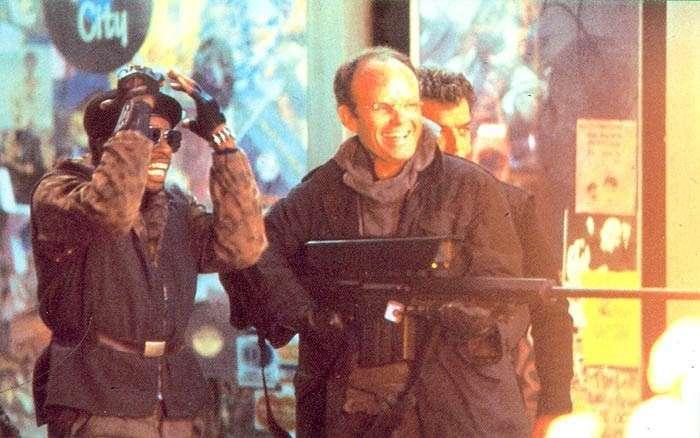 -Робокопу- — 30 лет! 8 интересных фактов о фильме <br><br>Уверен, что некоторые из тех, кто смотрел фильм Верховена в юности, мечтал получить такую же пушку, как у него. У нее, кстати, есть имя. Согласно сценарию, пистолет Робокопа назывался Auto-9 и вмещает 50 патронов.<br ><br><br ><br>Изначально, создатели картины хотели вооружить героя пистолетом Desert Eagle. Но на тестах стало понятно, что в руке Робокопа он будет смотреться недостаточно внушительно. Так что оружейники взяли способный стрелять очередями по три патрона пистолет Beretta 93R, после чего основательно поработали над его внешним видом. Пистолет получил удлиненный ствол с большим компенсатором, новую рукоятку и прицельные приспособления. Desert Eagle же достался Кларенсу Боддикеру. Также в кадре с ним появлялись неудачливый мистер Кинни и Дик Джонс.<br /> <img class=