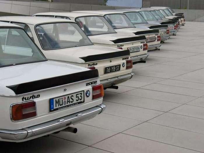 """Нескучная история: BMW 2002 Turbo <br><br>А между тем история создания BMW 2002 Turbo — это история двигателя, который нужно было куда-то поставить. Технический директор спортивного подразделения BMW Александр фон Фолькенхаузен по собственной инициативе в конце 1969 года спроектировал новый мотор с турбонаддувом на базе блока M10 (до этого он также в порядке эксперимента установил на модель 1602 атмосферный двухлитровый двигатель, и через некоторое время автомобиль начали выпускать как BMW 2002). По его мнению, мотор получился настолько удачным, что его обязательно нужно было использовать в серийном производстве. По опыту атмосферной модели 2002Tii конструктор уже знал, как воздействовать на """"шишек"""" начальства, чтобы машина с турбонаддувом пошла в серию, и на совещании 25 октября 1971 года было решено установить turbo-двигатель на гражданский автомобиль.<br ><br><br ><br>В процессе поиска реципиента выбор пал именно на BMW 2002, тем более что компактные размеры моторного отсека модели в любом случае не позволяли вместить в него сравнимый по мощности шестицилиндровый двигатель от купе BMW 3.0 CS. С декабря 1972 года началось активное проектирование автомобиля, и по плану через полгода должен был появиться первый прототип, а ещё через год в апреле 1973 года планировалось начать серийное производство.<br /> <img class="""