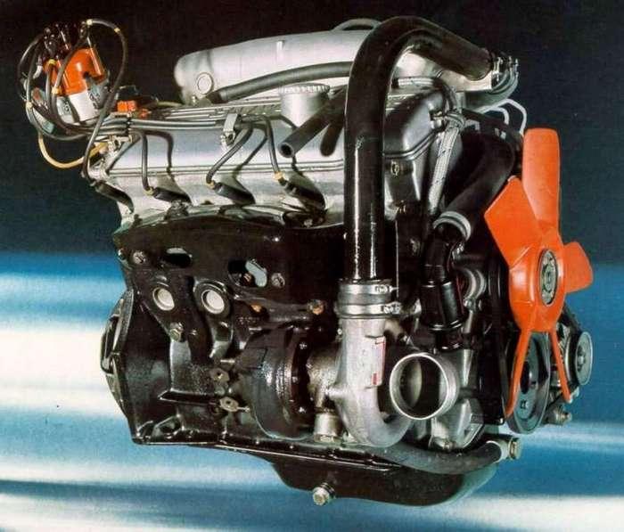 Нескучная история: BMW 2002 Turbo <br><br>Температуры в моторном отсеке достигали таких величин, что после движения на высоких скоростях двигатель мог воспламениться, а под моторным отсеком от жара могла загореться сухая листва или трава. Дело в том, что двигатель M10 был оснащён турбиной немецкой фирмы KKK (Kuhnle, Kopp & Kausch), которая до этого использовалась на грузовиках, в то время как американские машины были оснащены «улиткой» Garrett — не страдающей от перегрева, но очень дорогой. В итоге турбину расположили справа внизу (по ходу движения), а в бампере сделали специальное круглое отверстие для охлаждения корпуса турбокомпрессора.<br ><br><br ><br><img class=