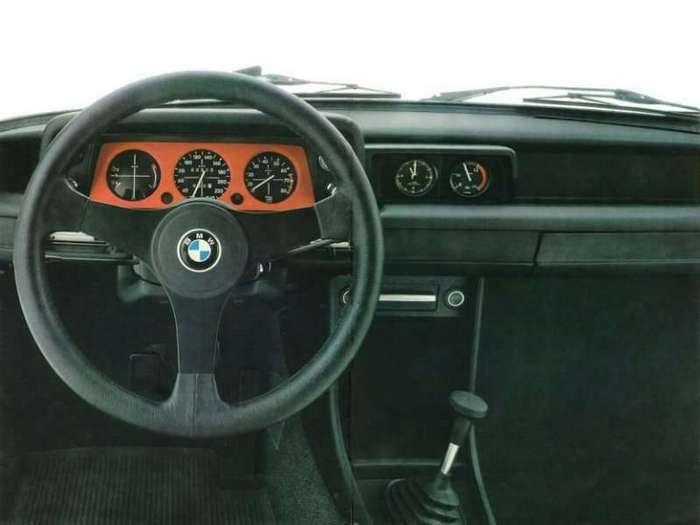 Нескучная история: BMW 2002 Turbo <br><br>Подготовка машины подходила к концу, и нужно было спозиционировать версию Turbo относительно более простой и доступной 2002Ti. Фон Фолькенхаузен дал отмашку дизайнерам: «Машина должна выглядеть столь же дерзко, как и её технические характеристики». Получившийся аппарат выглядел круче всех самых злых автомобилей тех лет вместе взятых, и даже сейчас готов поспорить с современными «выскочками». Синие и красные полоски, расширители колёсных арок с небрежно выставленными напоказ заклёпками, огромный спойлер спереди и небольшой чёрный сзади безошибочно указывали на то, что это отнюдь не простое баварское купе 2002Ti.<br /> <img class=