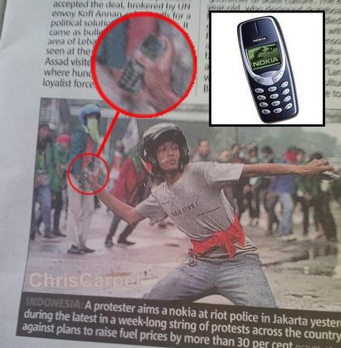 Всякое можно смастерить из старого кнопочного телефона и даже такое <br><br><b> <b>Можно использовать в качестве метательного оружия</b> </b><br><img class=