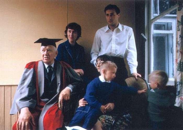 Интересные фотографии известных людей <br><br><b> <b>Корней Чуковский в мантии доктора литературы Оксфордского университета, с внуками. Переделкино, 1965 год.</b> </b><br><img class=
